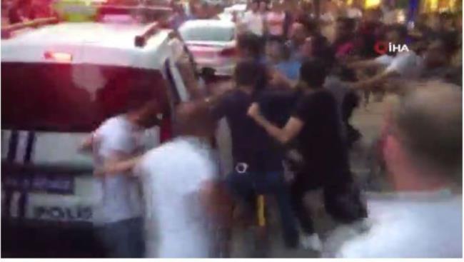 أتراك يحاولون قتل شخص تحرش بفتاة في إسطنبول   تركيا الآن