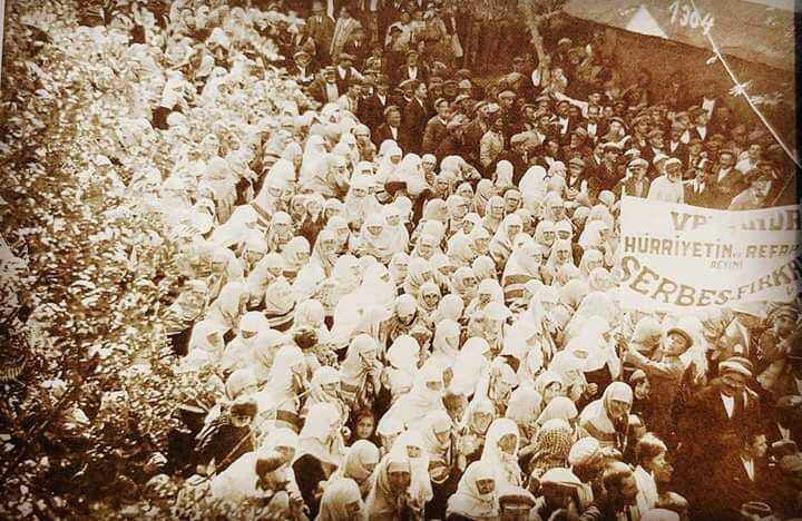 صورة لحشد جماهيري لأحد الأحزاب السياسية في دعاية إنتخابية من أنقرة عام ١٩٣٠م