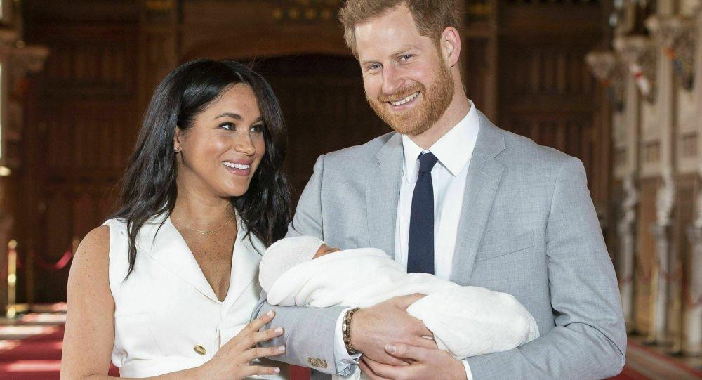 فتاة تقاضي الأمير هاري