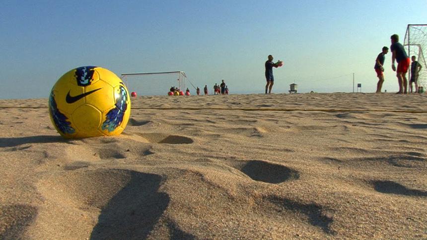 """حسناوات برازيليات """"نجمات الشاطئ"""" يلفتن أنظار رنالدينو"""