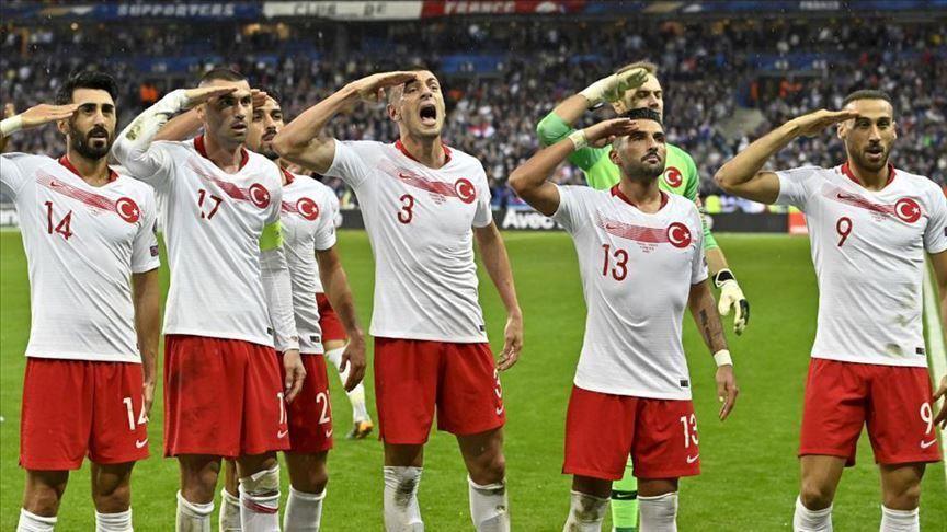 لاعبو المنتخب التركي يؤدون التحية العسكرية