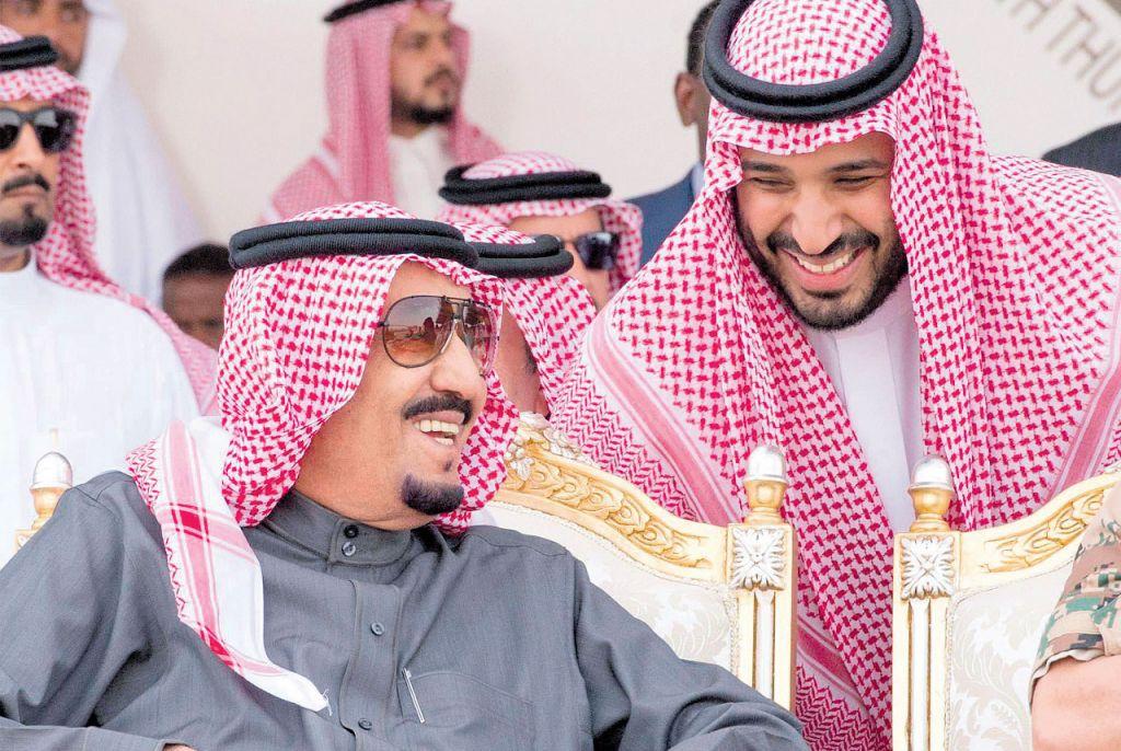 الملك السعودي سلمان بن عبدالعزيز ونجله محمد وزير الدفاع