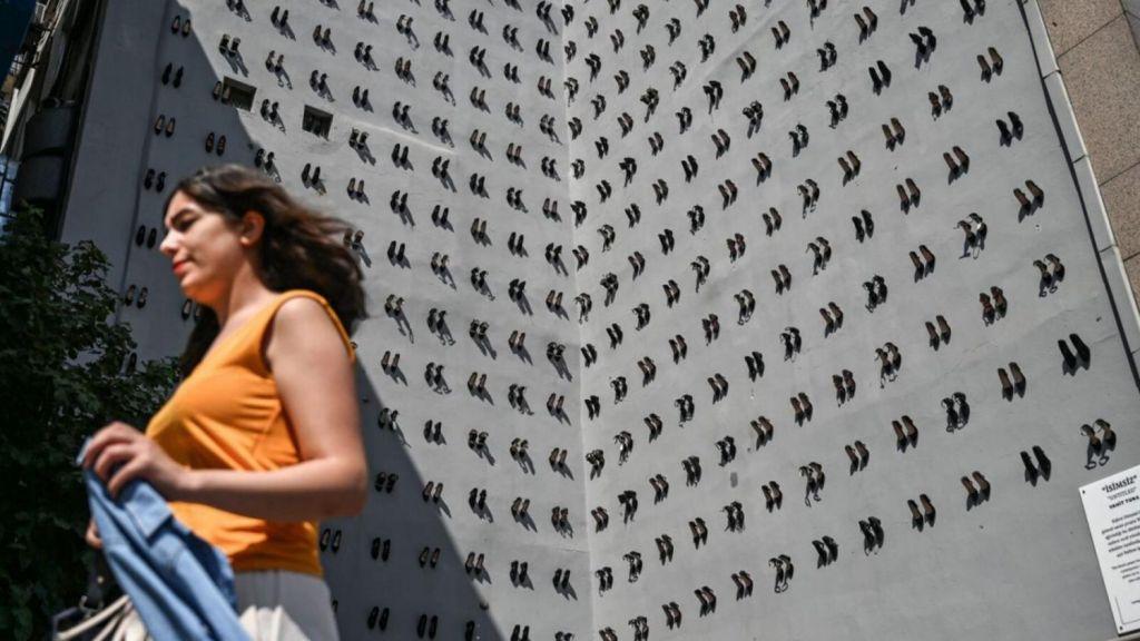 440 زوجا من الأحذية على مبنى بإسطنبول يجسدون العنف ضد المرأة