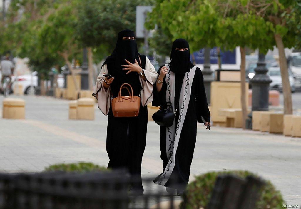 فتاتان سعوديتان أثناء تجولهما في مدينة جدة
