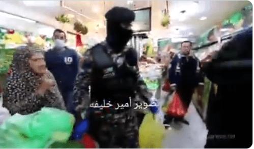 """""""حسابك واصل يا حجة"""".. """"شاهد"""" ماذا فعل ضابط أردني مع سيدة مسنة في ظل حظر التجول وكيف ردت عليه"""