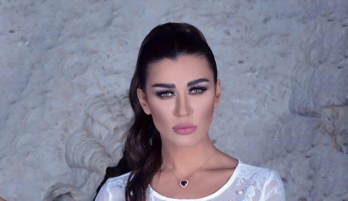 شاهد إعلامي لبناني يهدي الفنانة نادين الراسي ملابس داخلية أمام الجميع لترتاح !