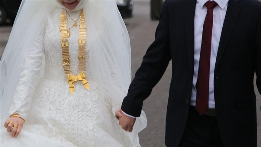 السبب صادم لا يخطر على بال.. عريس ينهار فجأة وينفجر بالبكاء أمام عروسه في ليلة الدخلة