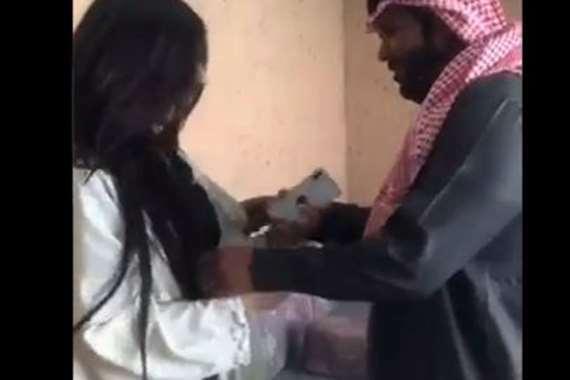 سعودي أقنع زوجته بعلاقة مع فتاة مصرية ثم اكتشفت الصدمة