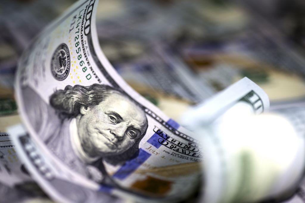 هبط الدولار الأمريكي