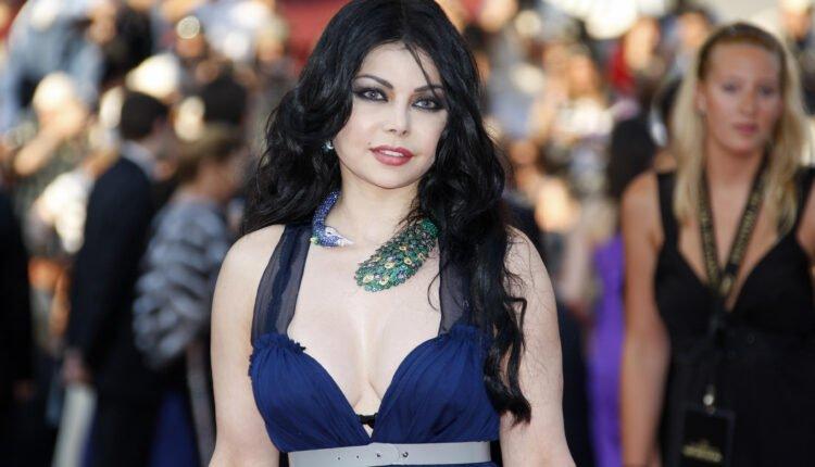 """شاهد خبير تجميل لبناني يثير الجدل بـ""""زووم"""" على صدر هيفاء وهبي.. وهذا ما كشفه الجمهور !"""