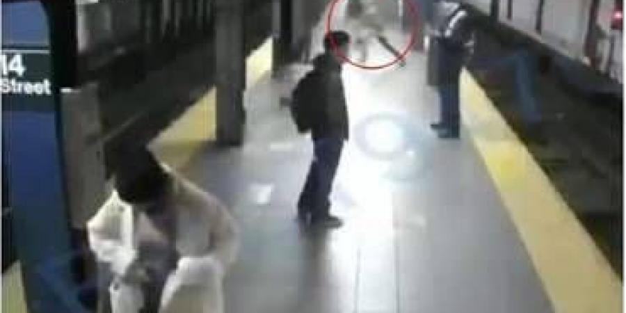 فيديو مرعب يدفع امرأة أمام المترو