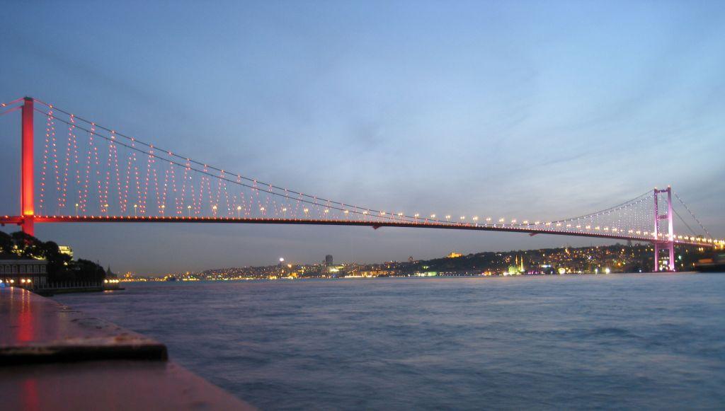 منظر مرعب عبر جسر في اسطنبول (فيديو)