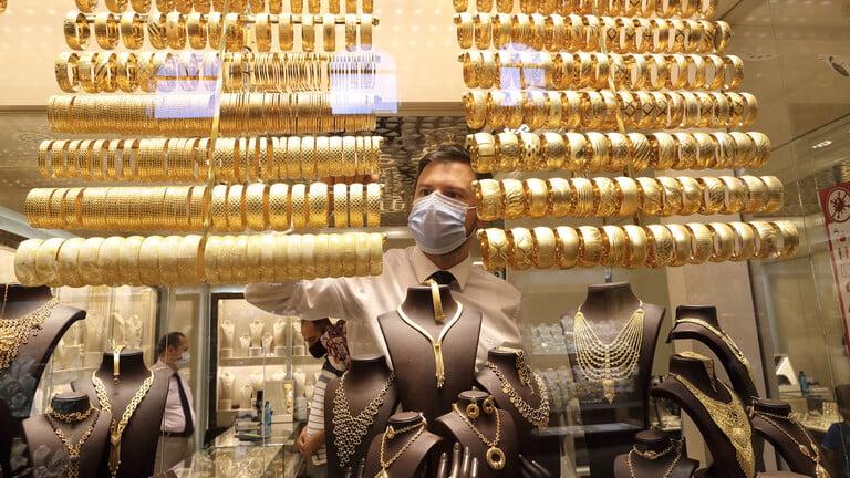 رجل أعمال أردني يوزع الذهب على موظفيه