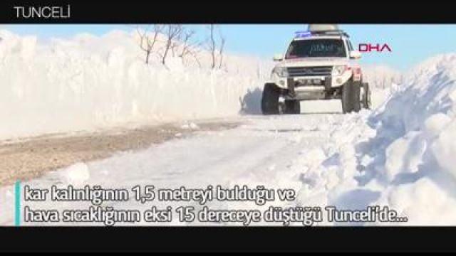 الفريق الأبيض أثناء عمله بين الثلوج