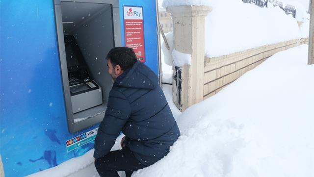مواطن يسحب نقوده من الصراف الآلي