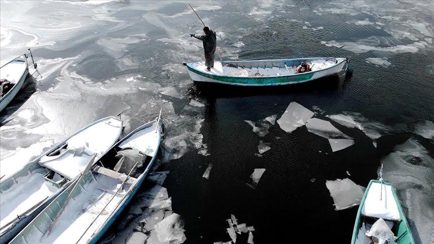 الصيادون يكسرون الجليد في بحيرة بيشهير لممارسة مهنتهم