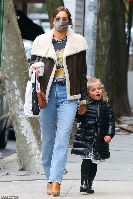 """إيرينا شايك تعود لدور الأمومة من جديد وتقضى أوقاتها مع ابنتها """"ليا"""" (صور)"""