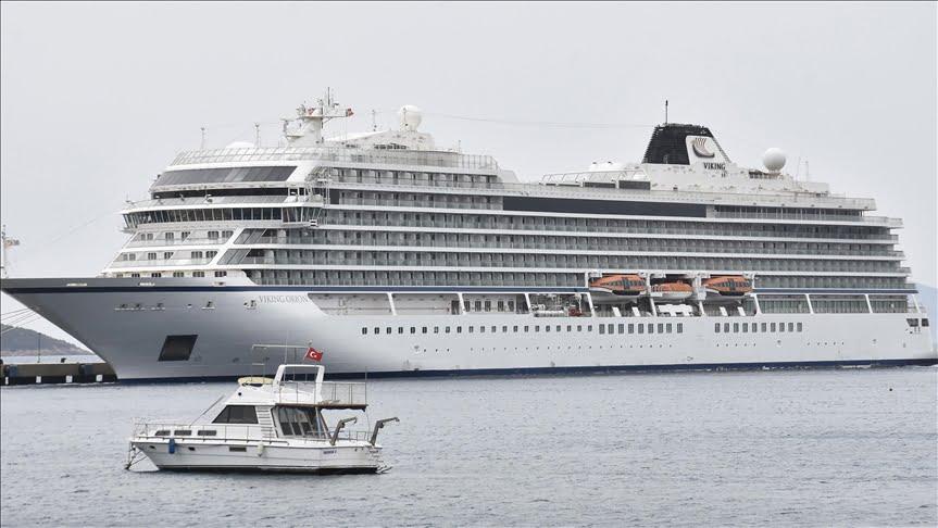سفينة سياحية ضخمة