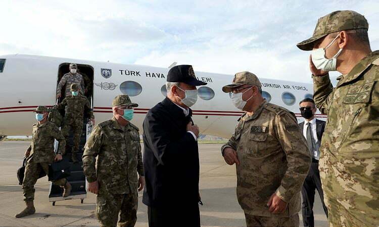وزير الدفاع التركي يزور قواته على حدود العراق