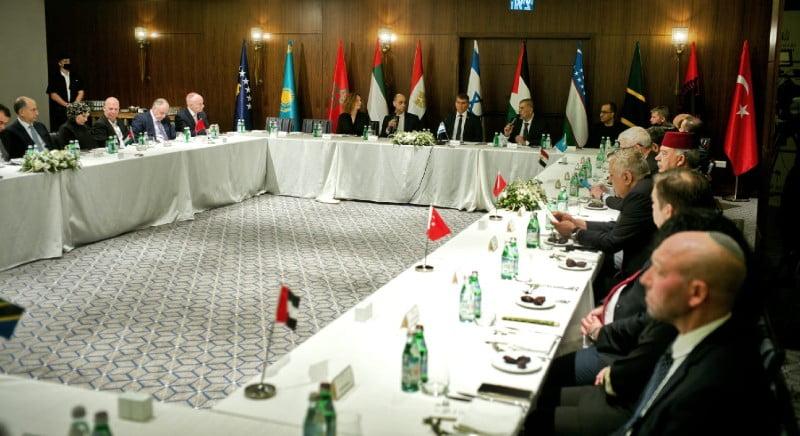 بالتزامن مع القمع بالمسجد الأقصى.. وزراء عرب ومسلمين على مائدة إفطار إسرائيلية في القدس!