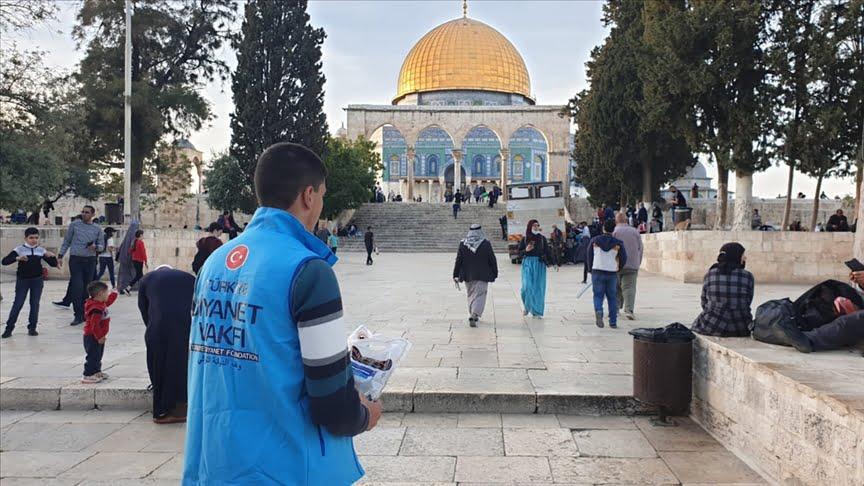 رئاسة الشؤون الدينية تقدم مساعدات للفلسطينيين في القدس