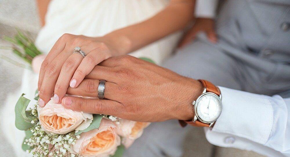 وزيرة عربية سابقة تطالب بإيقاف عقود الزواج في بلادها!