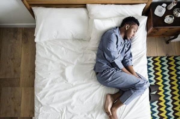 رجل ينام 300 يوم في السنة