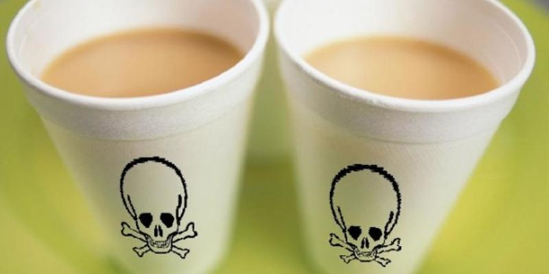 المشروبات الساخنة في أكواب بلاستيكية