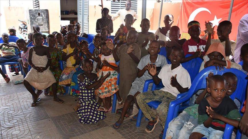 جمعية تركية توزع مساعدات على الأيتام في مالي