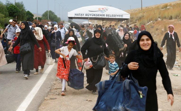بعد تزايد الدعوات من المعارضة بترحيل اللاجئين السوريين وغيرهم من تركيا إلى بلادهم، أكدت الحكومة التركية أنهم في تركيا هم تحت الحماية المؤقتة، في حين أن لجنة التحقيق الدولية المستقلة بشأن سوريا أعلنت أن الوضع غير مناسب لعودتهم.