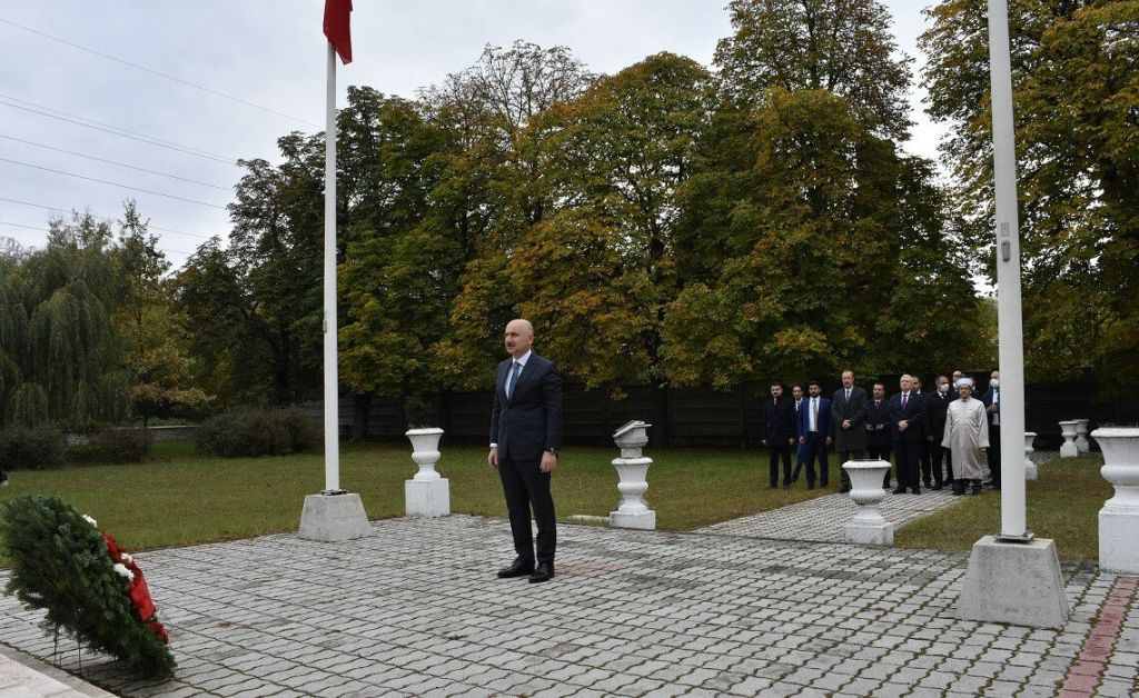 أوغولو يكرم الشهداء الأتراك في المجر على طريقته الخاصة